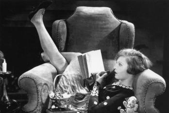 vintage-woman-reading